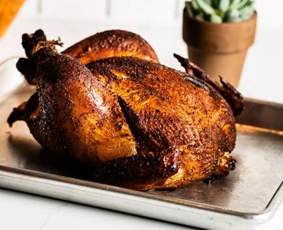 Копченая курица на столе
