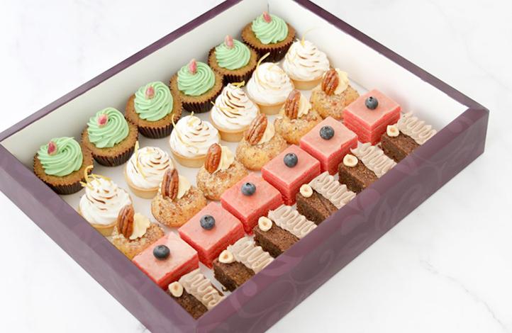 Пирожные в картонной коробке