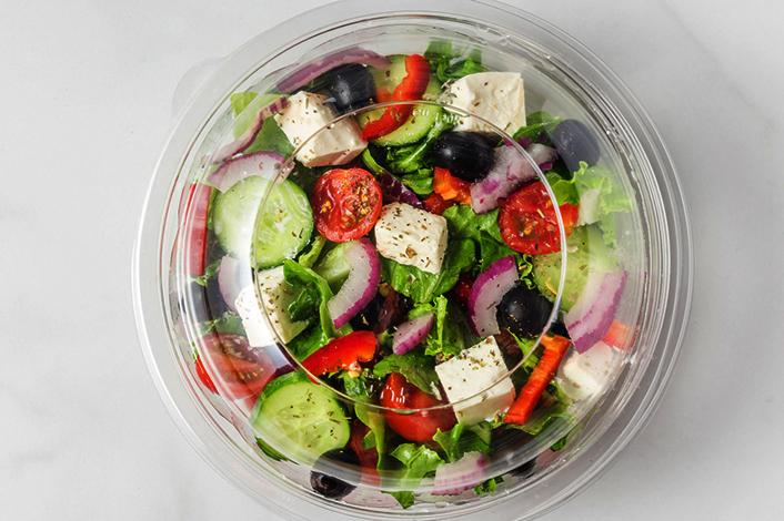 Греческий салат в пластиковом контейнере