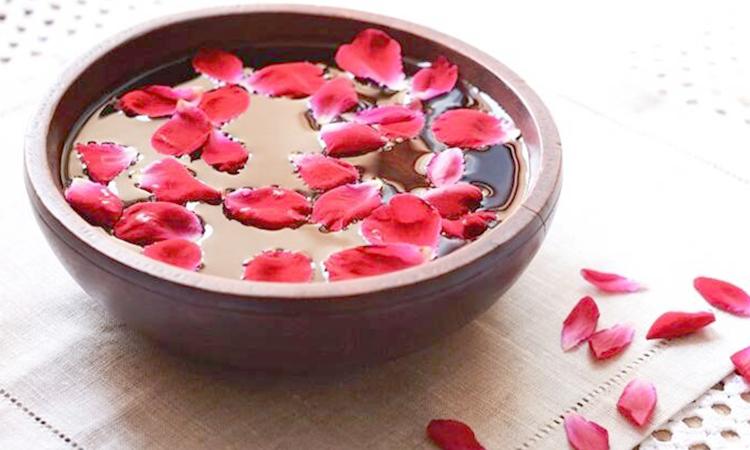 Лепестки роз в воде